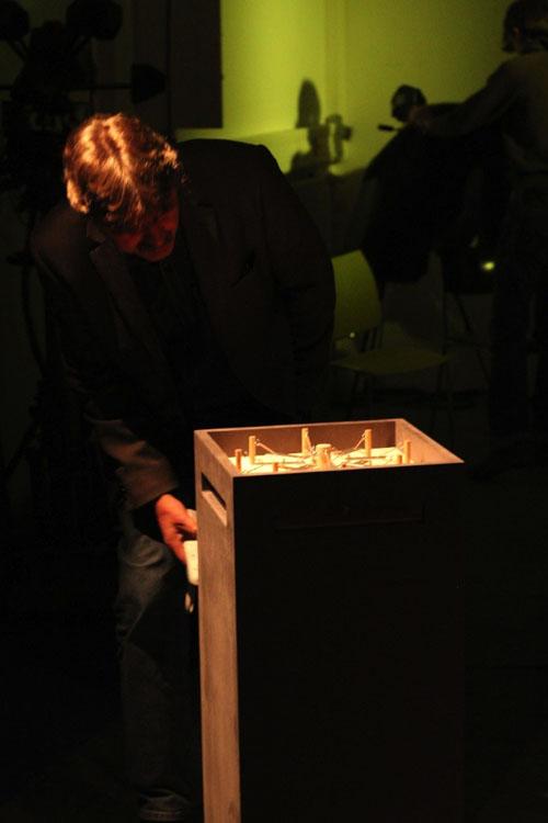 Prof. Pulch betrachtet das Glockenspiel